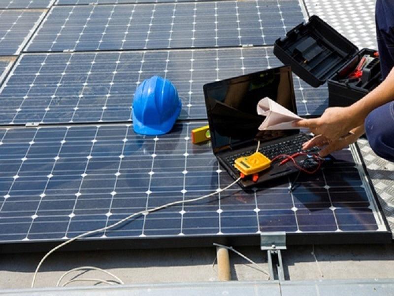 Manteniemiento de paneles solares por personal profesional