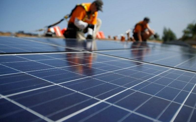 Paneles solares en mantenimiento