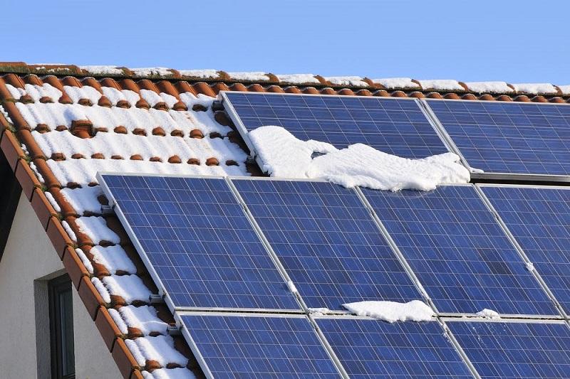 Si tienen nieve, polvo u otros residuos es necesario limpiar los paneles solares